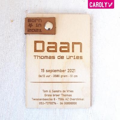Houten geboortekaartje met leren label stoer